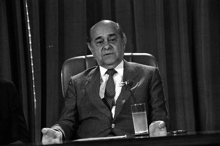 O presidente eleito Tancredo Neves durante entrevista em Brasília