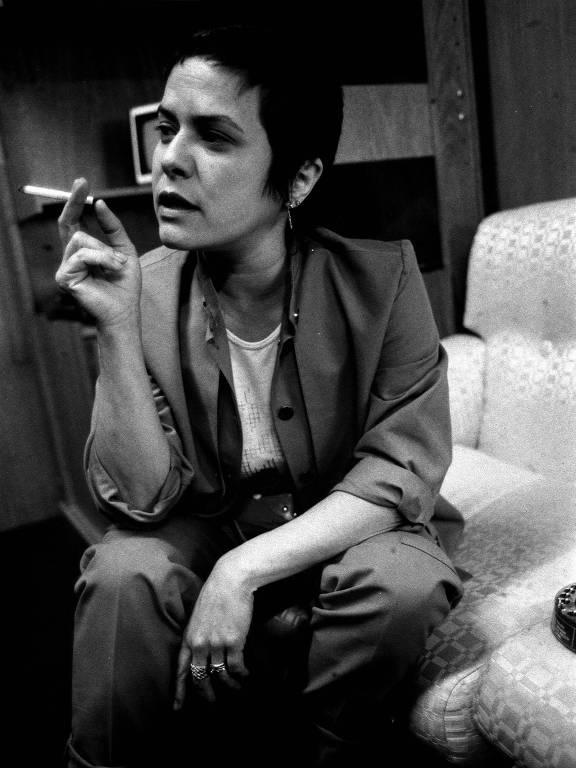 Elis Regina fumando durante entrevista