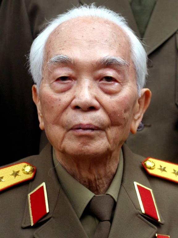 General vietnamita Vo Nguyen Giap, aos 92, em sua casa em Hanoi em 2004