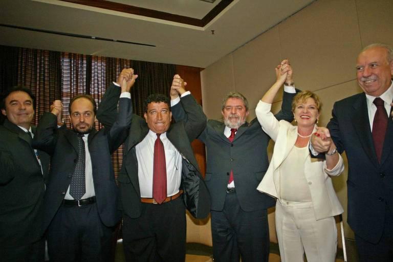 Candidato à Presidência, Lula (ao lado de Marisa Letícia e José Alencar, à dir) recebe apoio de evangélicos