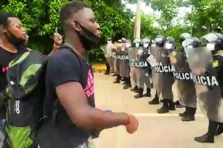 Migrantes haitianos entram em confronto com a polícia do Peru em Iñapari, na fronteira com o Acre