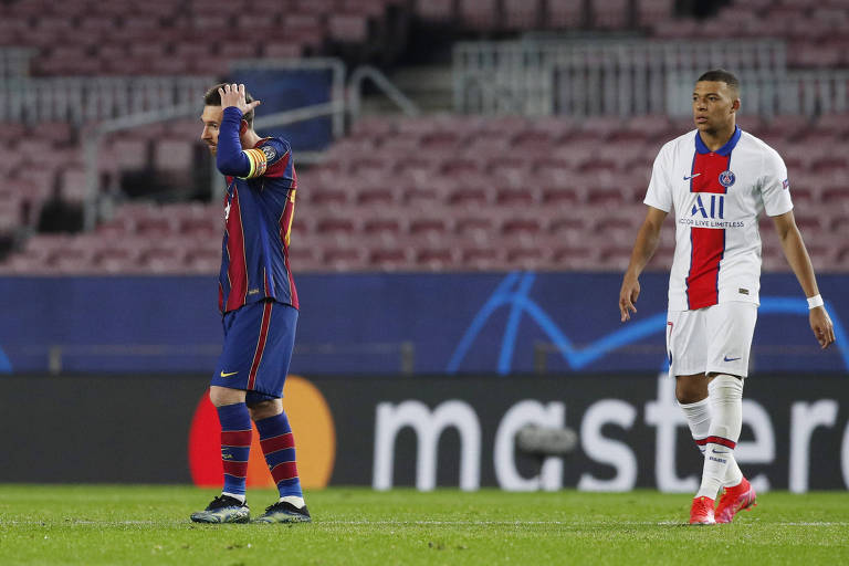 Messi se lamenta enquanto é observado ao fundo por Mbappé durante partida entre Barcelona e PSG, no Camp Nou