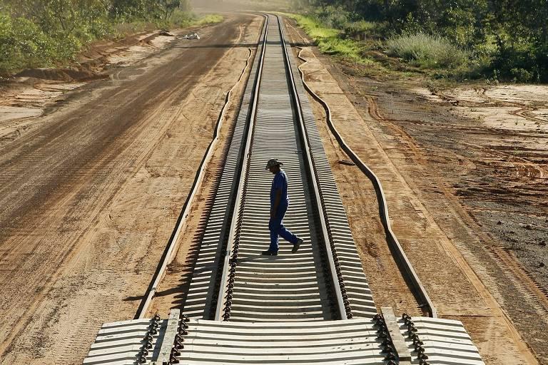 Operário cruza estrada recém-construída em Araguaína (TO) da ferrovia Norte-Sul