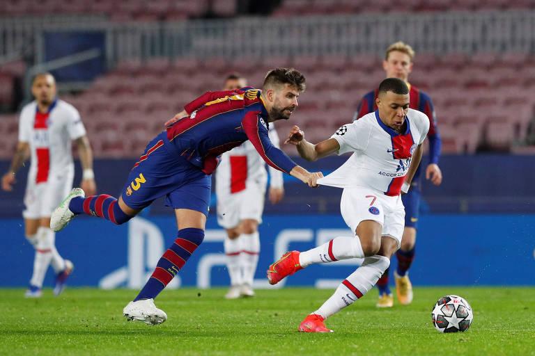 Kylian Mbappé escapa da marcação de Gerard Piqué durante a partida