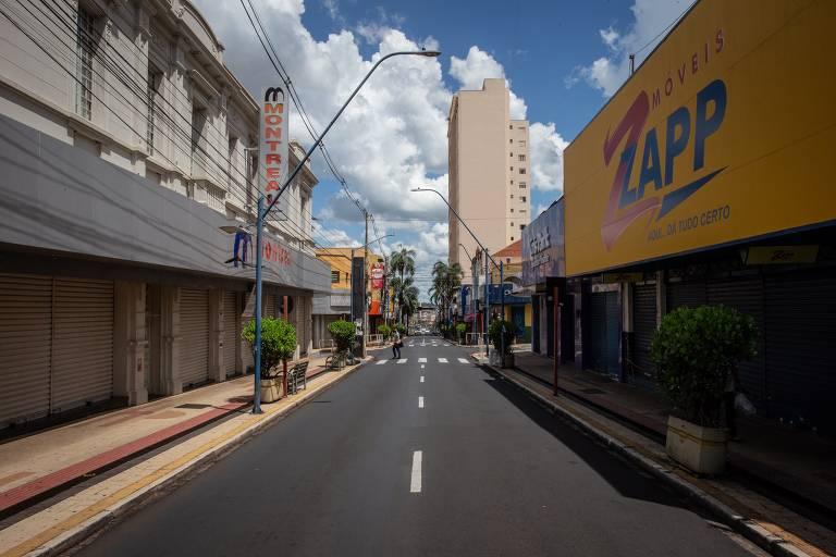 Araraquara tem ruas vazias e limite de compras em mercado
