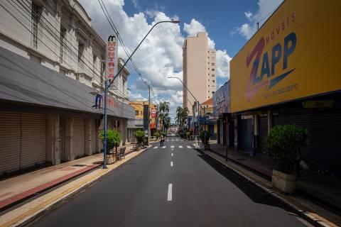 ARARAQUARA, SP, 16.02.2021 - Movimento nas ruas de comércio do centro de Araraquara, no interior do estado de São Paulo. (Foto: Bruno Santos/Folhapress)