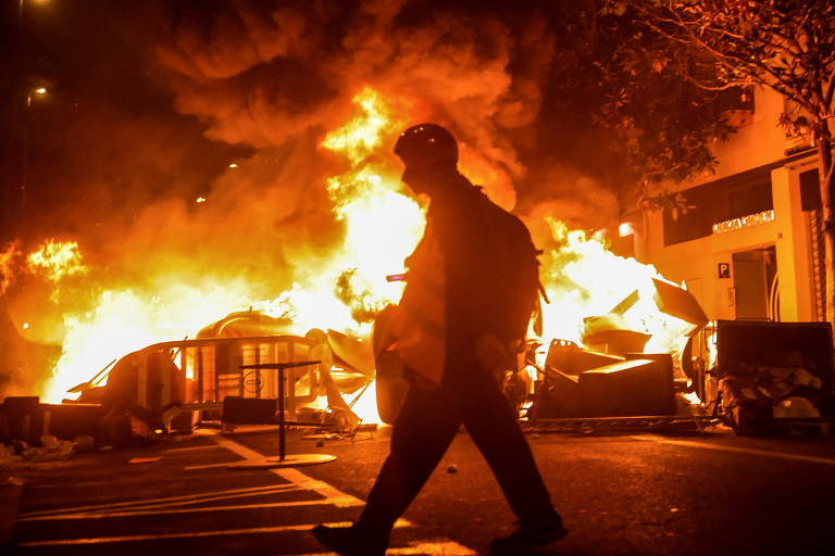 Parte de rua da cidade de Barcelona é tomada pelo fogo durante os protestos contra a prisão do rapper Pablo Hasél