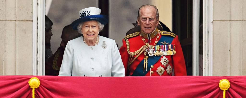 O príncipe Philip, ao lado de Elizabeth 2ª, assiste da varanda do Palácio de Buckingham a um desfile em homenagem ao aniversário da rainha