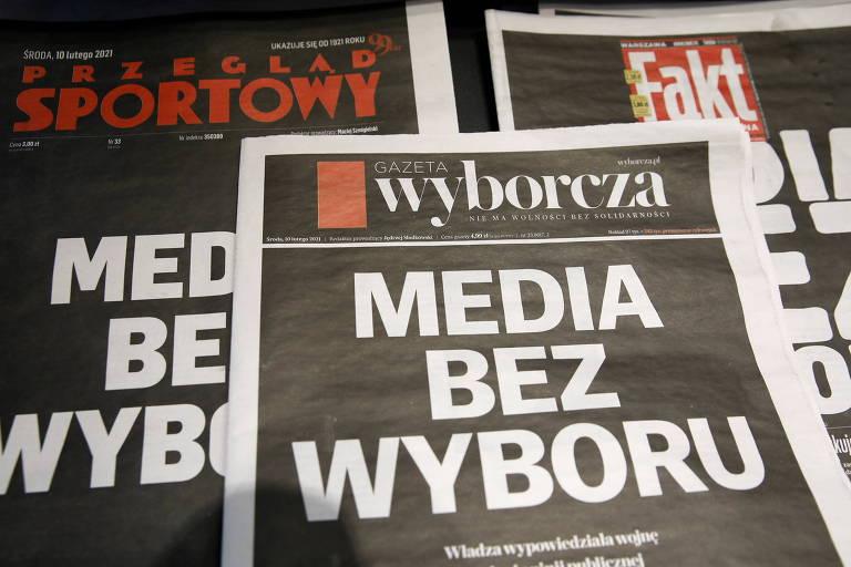 Capas de jornais sem notícias, com fundo preto e título em branco grande