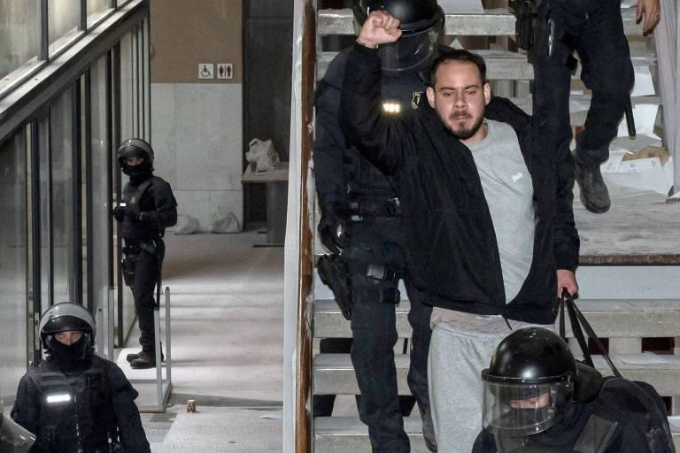 Com o punho estendido, o rapper Pablo Hasél deixa a Universidade de lleida, na Catalunha, após ser preso pela polícia