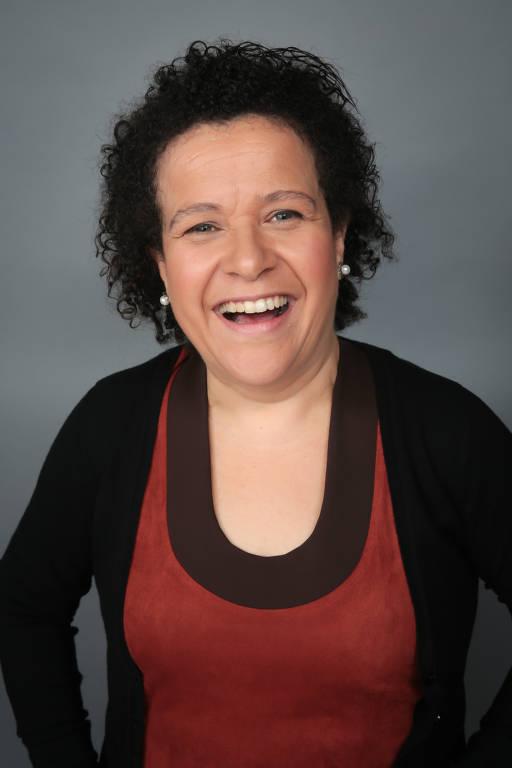 Ana Fontes tem cabelo curto e sorri para a foto