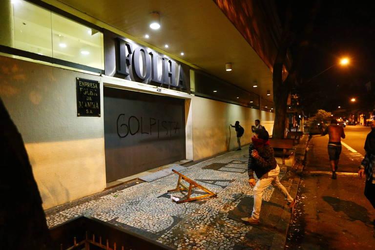 Manifestantes picham a fachada da Folha durante protesto contra impeachment de Dilma Rousseff, em 2016