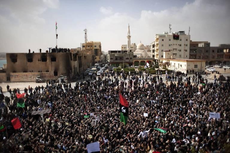 Milhares de manifestantes protestam contra o regime de Muammar Kadafi, no centro de Tobruk, na Líbia, em 2011