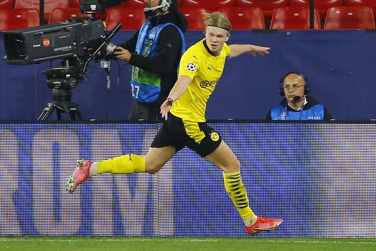 Haaland comemora gol do Borussia Dortmund contra o Sevilla pela Champions League