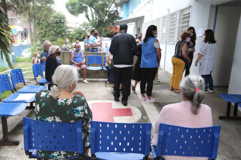 Idosos recebem dose de vacina em Diadema, na Grande SP