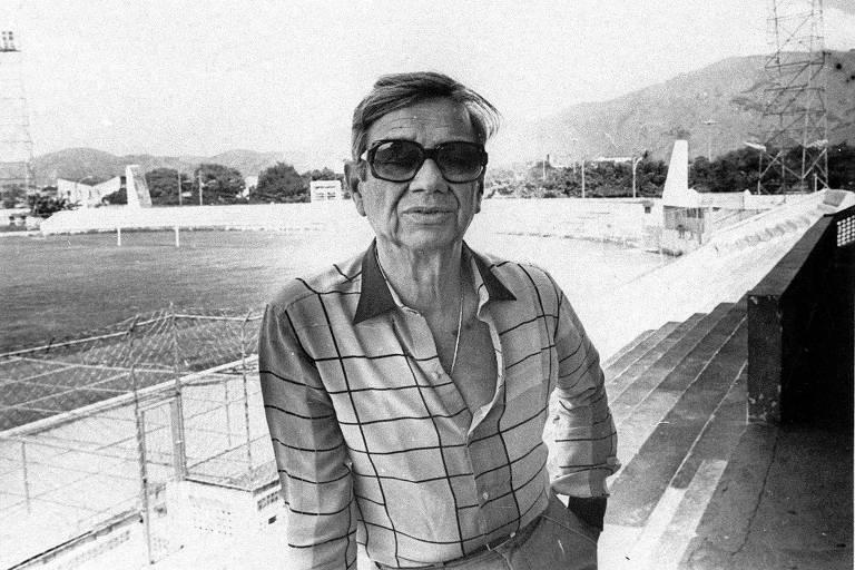 O bicheiro Castor de Andrade posa no estádio Moça Bonita, na zona oeste do Rio de Janeiro, em 1985, no melhor período do Bangu Atlético Clube