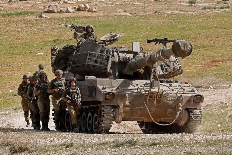 Artilharia do Exército de Israel realiza treinamento em vilarejo palestino