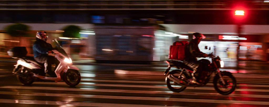 Motociclistas trafegam por rua de São Paulo: modal teve menor queda de acidentes