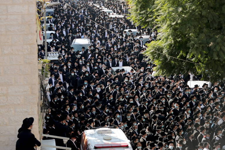 Judeus ultraortodoxos lotam ruas para funeral de rabino em Jerusalém