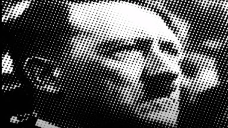 """Um frame do comercial """"Hitler"""", campanha publicitária da Folha. Nele, é possível ver o rosto de Adolf Hitler. Ele em cabelos curtos escovados para o lado. A pele é branca e a testa é larga. Ele aparece de perfil, com olhar convicto. Tem bigode curto, somente do comprimento do nariz. A imagem, em preto e branco, é toda pontilhada."""