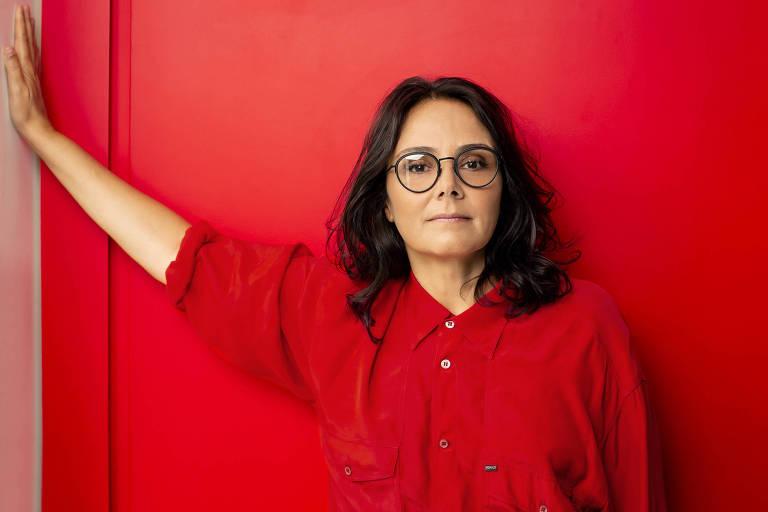 Mulher com camisa vermelha e fundo vermelho
