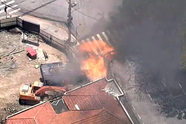 Vazamento de gás provoca incêndio em caminhão e árvores na zona sul de SP