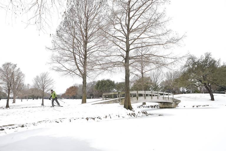 Homem anda de esqui em campo de golfe coberto de neve em Fort Worth, no Texas