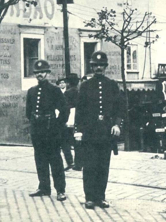 policiais usam uniforme inglês no policiamento de ruas