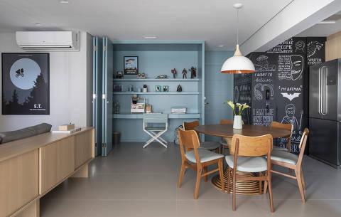 Cloffice dentro de armário, com porta tipo camarão; projeto Marina Carvalho Arquitetos
