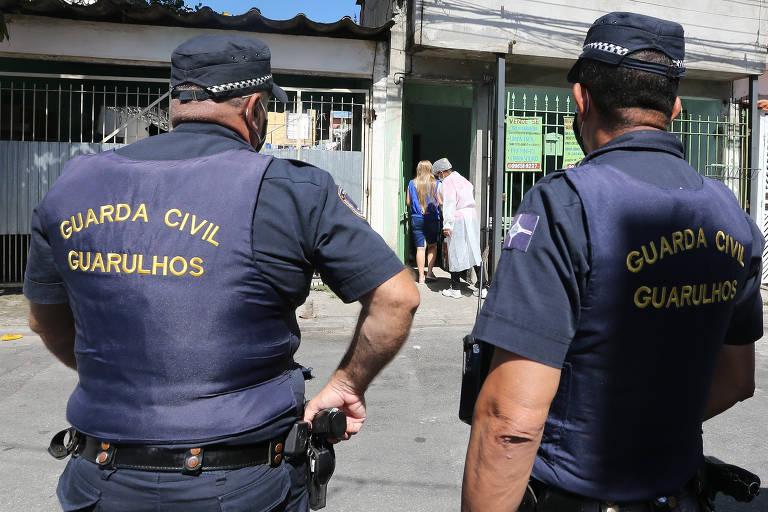 Guarda Civil escolta vacina até a casa de idosos em Guarulhos