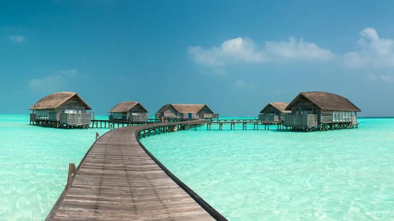 Bangalôs sobre mar com água verde-esmeralda