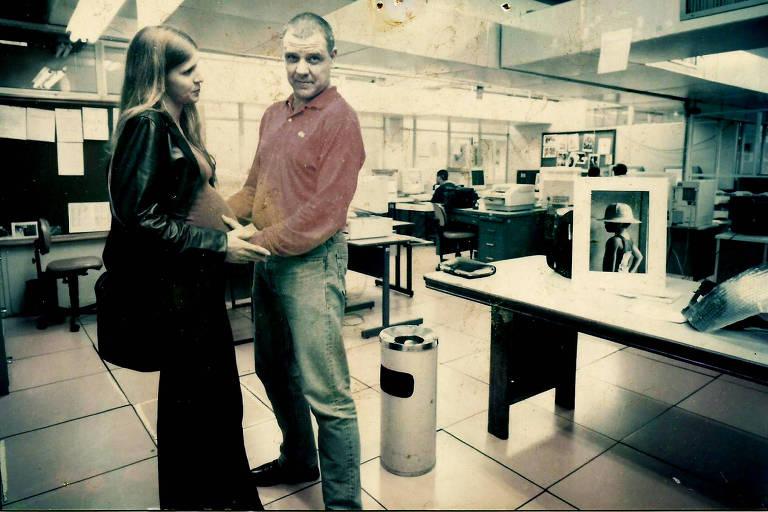 Alessandra Kormann, grávida da sua segunda filha, com o marido, o fotógrafo Cesar Itiberê, na Redação da Folha, no final de 1999
