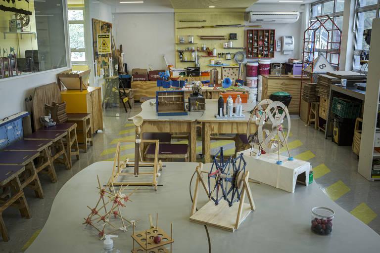 Projetos desenvolvidos pelos alunos no laboratório maker do Centro Educacional Pioneiro, em São Paulo