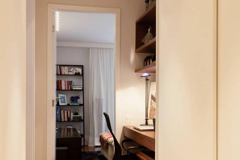 Cloffice instalado em corredor; projeto de Karen Pisacane Arquitetura de Interiores