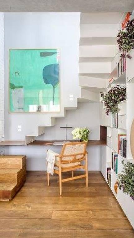 Espaço montado embaixo da escada, assinado pela Nildo José Arquitetos Associados