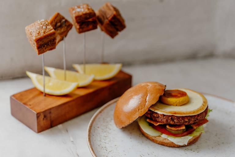 Pancetta e burger com ovo e bacon veganos do Green Kitchen, em Hienópolis; casa pertence ao Grupo Planta
