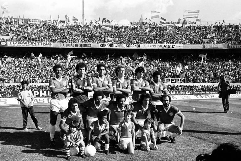 Time do Internacional campeão brasileiro de 1979: João Carlos, Benítez, Mauro Pastor, Falcão, Mauro Galvão e Cláudio Mineiro; Valdomiro, Jair, Bira, Batista e Mário Sérgio, no estádio Beira-Rio