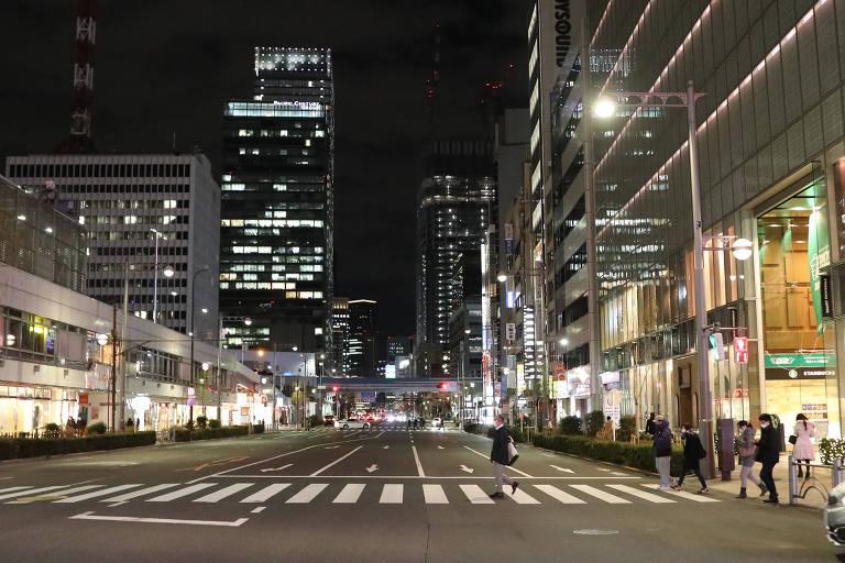 Em Tóquio, ruas esvaziam durante a noite após premiê Yoshihide Suga decretar estado de emergência no início de fevereiro