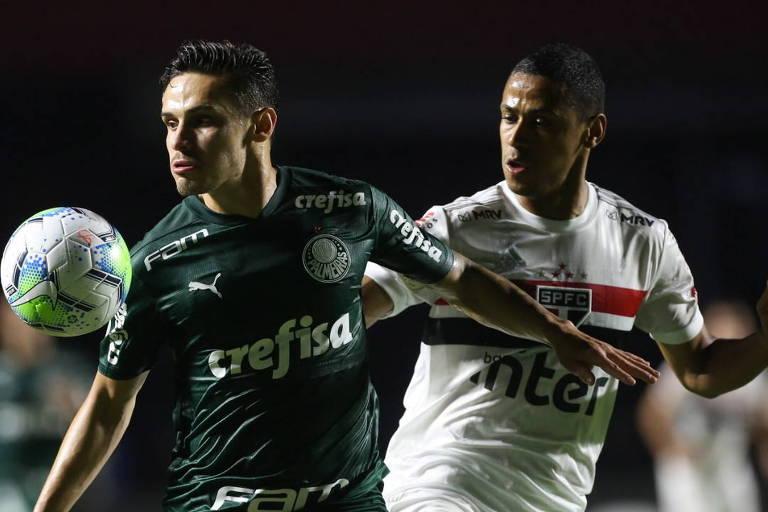Jogador Raphael Veiga, de camisa verde, é marcado pelo jogador do São Paulo, Bruno Alves, de camisa branca