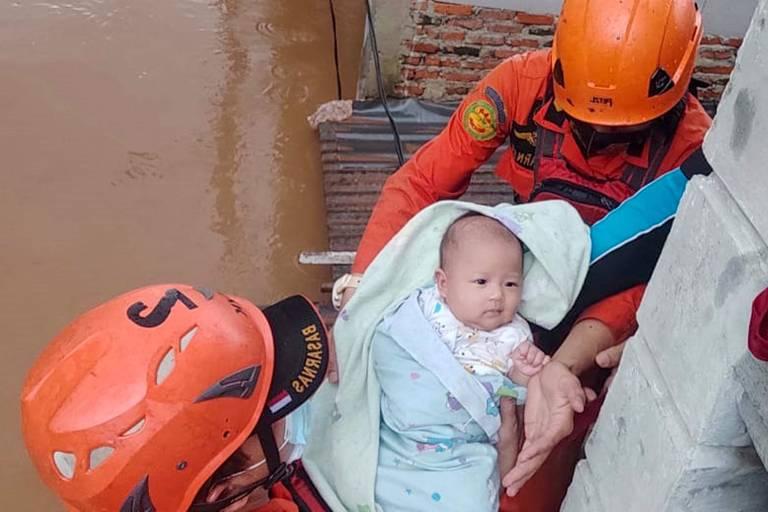 Bebê é resgatado de inundação na Indonésia; veja fotos de hoje