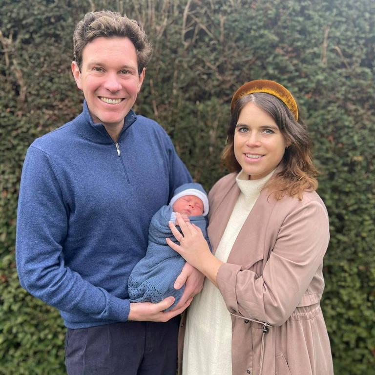 Princesa Eugenie com o marido, Jack Brooksbank, e o filho, August Philip Hawke Brooksbank