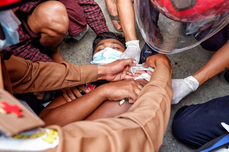 Dia sangrento de protestos contra militares em Mianmar deixa ao menos 2 mortos