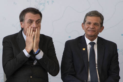 (FILES) In this file photo taken on December 14, 2018 Brazil's President-elect Jair Bolsonaro (L) and Brazil's Defense Minister General Joaquim Silva e Luna attend the launch ceremony of the Brazilian Riachuelo Class Submarine at a navy base in Itaguai city, Rio de Janeiro state, Brazil. - Brazil's far-right president, Jair Bolsonaro, appointed on February 19, 2021 army reserve officer Joaquim Silva e Luna to lead state-owned energy giant Petrobras, after criticizing several successive increases in the price of fuel. (Photo by Mauro PIMENTEL / AFP)