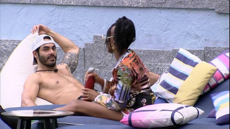 Enquanto brothers descansam, Karol Conká e Rodolffo conversam no BBB 21