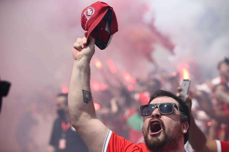 Torcedores do Internacional se aglomeram em despedida do time colorado, que embarca para o Rio de Janeiro; equipe enfrenta o Flamengo e pode ser campeão do Brasileiro neste domingo (21)