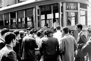 Passageiros embarcam em bonde, em 1958