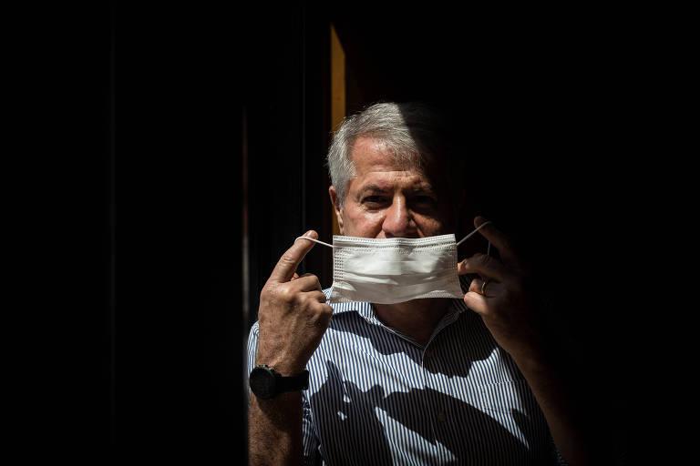O empresário Victor Simão, que perdeu muita força muscular após a Covid, coloca máscara no rosto