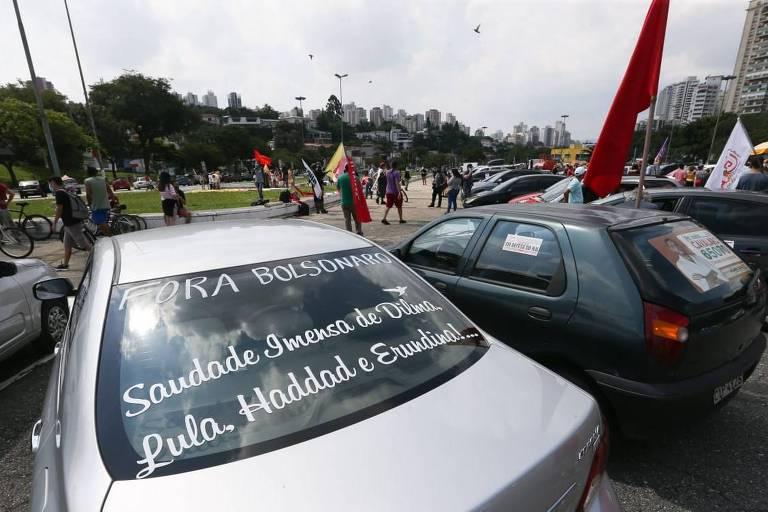 São Paulo, SP, 20 de fevereiro de 2021. Manifestantes em concentração em frente ao estádio do Pacaembu, na zona oeste de SP, para carreata em protesto contra o governo do presidente Jair Bolsonaro. Foto: Zanone Fraissat/Folhapress