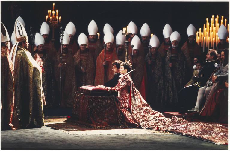casal ajoelhado e cercado por bispos durante coroação