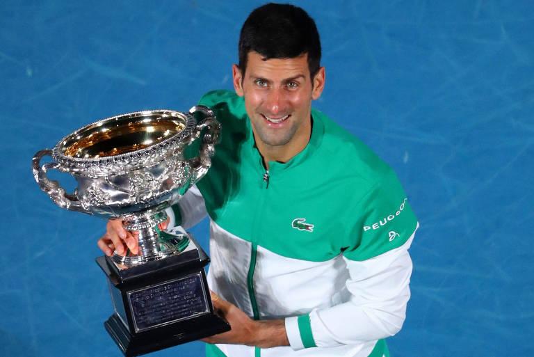 Novak Djokovic com seu nono troféu de campeão do Australian Open e 18ª de Grand Slam da carreira